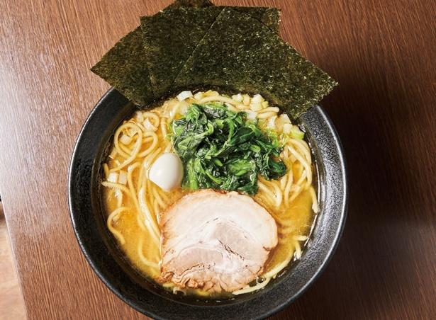 壱壱家 / チャーシュー、ホウレン草、ウズラの玉子をのせた一杯「ラーメン」680円