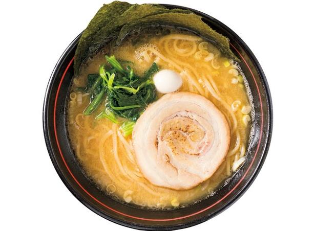 【写真を見る】横浜家系ラーメン すずき家 愛 / 2種の部位で炊き上げる豚骨スープを入れることで甘味とまろやかさを生む「ラーメン並」750円