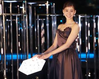 新木優子、総額1億5000万円の衣装に感激!GINZA SIX初のイルミ点灯式に登場