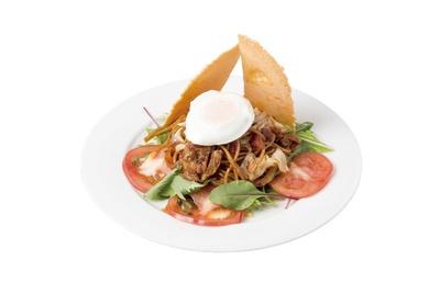 縁日をイメージし、目玉焼きと大きなエビせんをのせた「トマせんパスタ」(980円 ランチタイムは税込) / Cafe&Bar NaNA-Marl