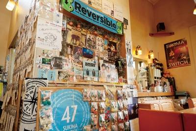店内中央にスキマスイッチグッズが飾られている