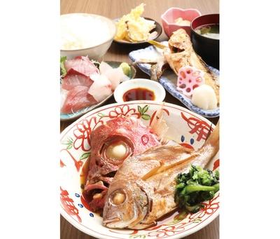 「お刺身とお魚尽くし定食」(1000円)。2種類の魚の煮付けに刺身、焼き物、天ぷらなどが付く、まさに魚尽くしの人気No.1メニュー / 魚がし食堂 中央市場店