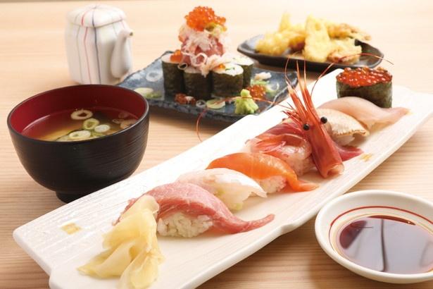 ノドグロやボタンエビ、中とろなどのにぎりに、カニ、イクラ、ネギトロまで味わえる!「上寿し8貫 カニとイクラとネギトロのっけ盛りセット」(1600円) / 漁師寿司食堂 どど~んと日本海