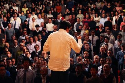 1800人の参加者に「サントリー1万人の第九」への想いを伝える佐渡総監督/サントリー1万人の第九