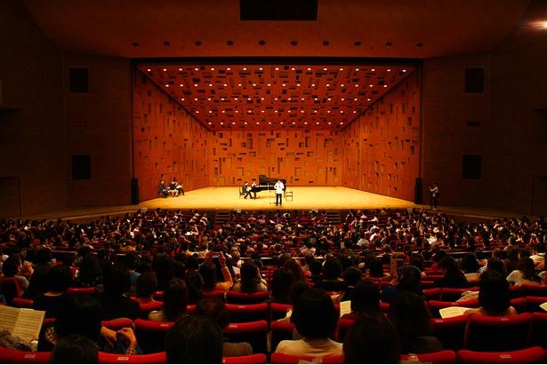 佐渡総監督のレッスン最終日には約1800人の歌い手が集結
