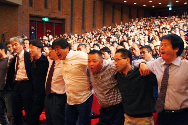 佐渡総監督と参加者が肩を組みながら歌う場面も/サントリー1万人の第九