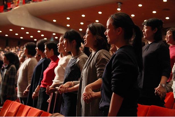 参加者達が手を繋ぎ、会場全体が一つに/サントリー1万人の第九