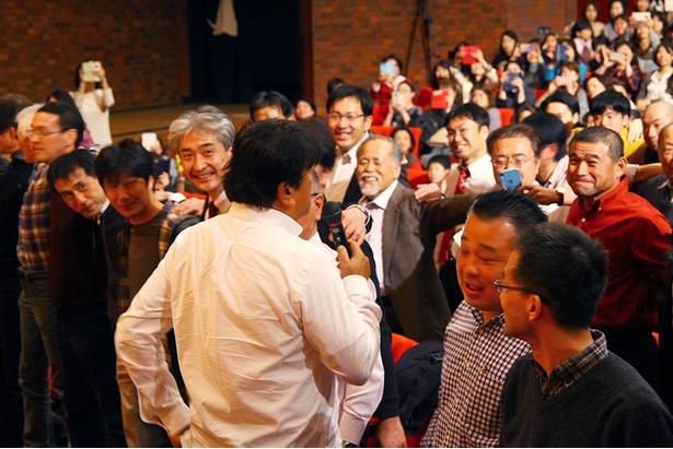 佐渡総監督を目の前に笑顔の参加者達/サントリー1万人の第九