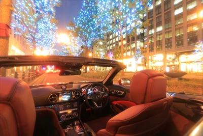ラグジュアリーなオープンカーの頭上に広がる光の絶景を堪能