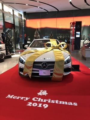 クリスマス仕様の特別な「SL 400 Grand Edition」を展示