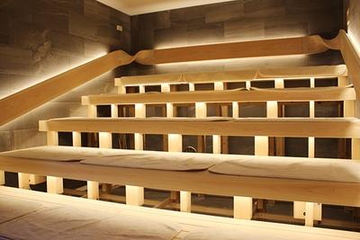 岩サウナは天井が低く設計されている