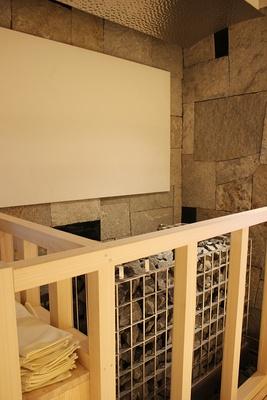岩サウナ正面のスクリーンに映像を投影しショーのようなサウナを楽しめる