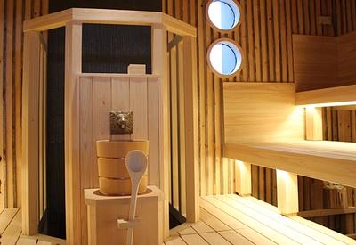 希少な木材「ケロ」を使用したケロサウナはモダンなデザイン