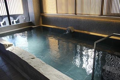 炭酸泉の端には電気風呂を併設