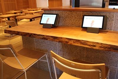 レストランエリアはカウンター席とテーブル席を設ける