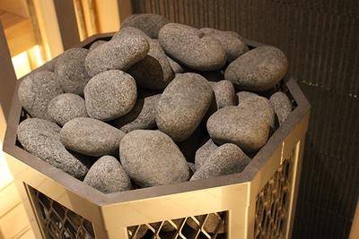 丸石にゆっくり水をかけることでふんわりとした蒸気を体感できる