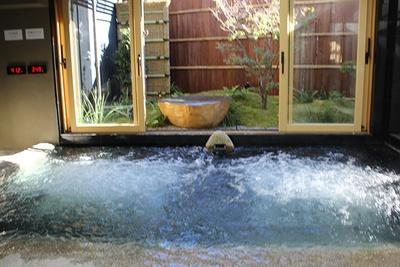 岩風呂の水温は36℃前後の不感温度