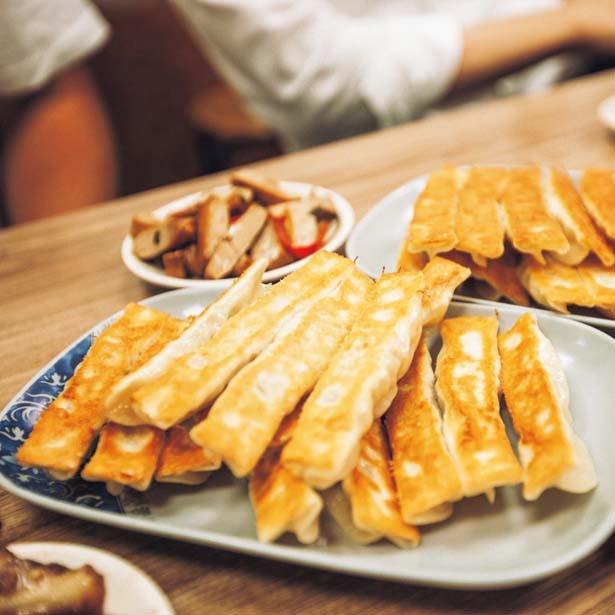ツルッと口当たりのいい皮をパリッと焼き上げた焼き餃子と、モッチモチで旨味たっぷりの水餃子が看板商品/台北餃子張記