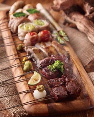 肉刺しや牛串など全60種の豊富なメニューが楽しめる/肉牧場 コマツバラファーム