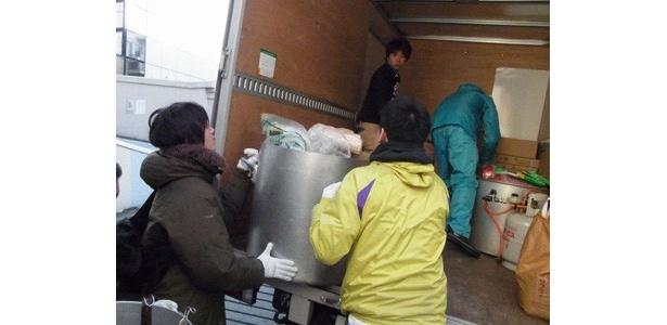 800食分の材料を車に積み、現地に入りした