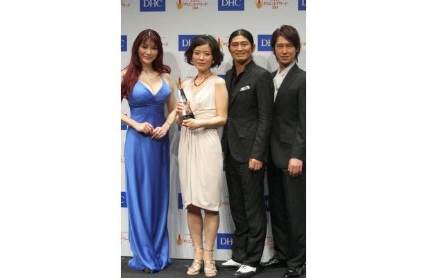 受賞者(中央)と審査員の叶美香さん