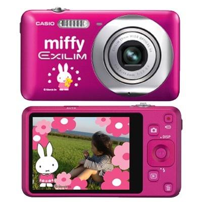 鮮やかなチェリーピンクのカメラ。「ダイナミックフォト」機能でミッフィーと一緒に写真が撮れる