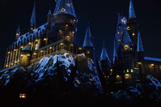 魔法学校の生徒が「ルーモス」と唱えれば、城に無数のランタンの光がともり始める/ユニバーサル・スタジオ・ジャパン「ホグワーツ・マジカル・ナイト~ウィンター・マジック~」