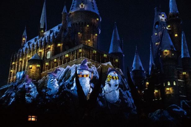次の魔法でかわいい雪だるまがポンポンッと登場。各寮のマフラーをして姿を現す/ユニバーサル・スタジオ・ジャパン「ホグワーツ・マジカル・ナイト~ウィンター・マジック~」