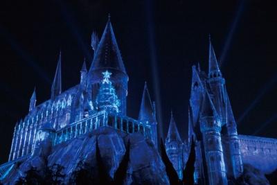 次の魔法で城はまたもや青い光に包まれる。城の上から少しずつ美しく染まっていく/ユニバーサル・スタジオ・ジャパン「ホグワーツ・マジカル・ナイト~ウィンター・マジック~」