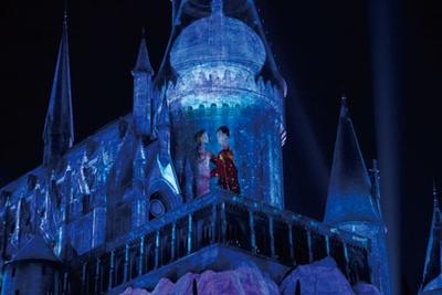 青に染まった城から舞踏会のシーンに変化。魔法学校の生徒の演出にも注目してみよう/ユニバーサル・スタジオ・ジャパン「ホグワーツ・マジカル・ナイト~ウィンター・マジック~」
