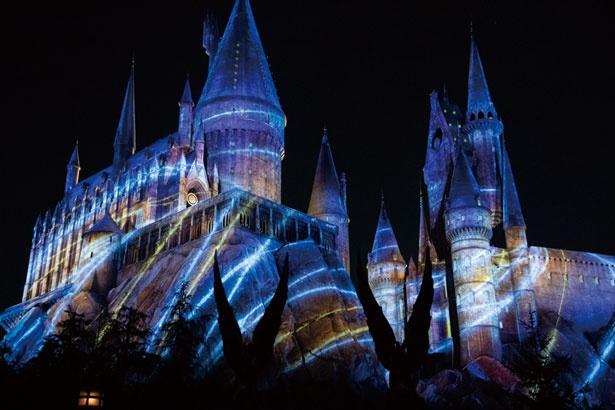 最後の魔法の呪文を生徒たち全員で唱えればホグワーツ城が七色の光に包まれる/ユニバーサル・スタジオ・ジャパン「ホグワーツ・マジカル・ナイト~ウィンター・マジック~」