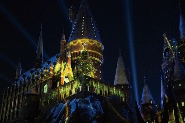 魔法がかかれば城全体がまばゆい光に包まれ、きらびやかなクリスマスの雰囲気に/ユニバーサル・スタジオ・ジャパン「ホグワーツ・マジカル・ナイト~ウィンター・マジック~」