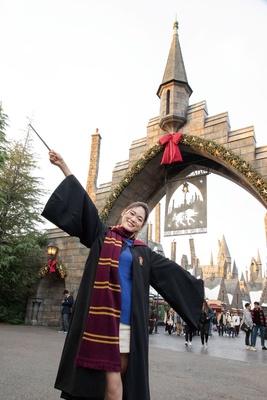 魔法界のゲートもクリスマスの装飾でゲストをお迎え。入る前からワクワクが止まらない/ユニバーサル・スタジオ・ジャパン「ホグズミード村のクリスマス装飾」