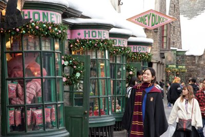 魔法界のお菓子屋さんなど、どの店もリースを飾ってクリスマスを盛り上げる/ユニバーサル・スタジオ・ジャパン「ホグズミード村のクリスマス装飾」