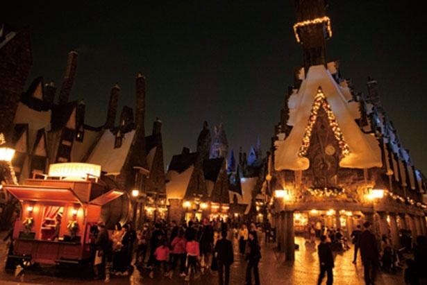 日が暮れれば、魔法界に明かりがともる。昼とは違う町並みに/ユニバーサル・スタジオ・ジャパン「ホグズミード村のクリスマス装飾」