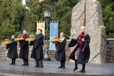 魔法学校の生徒たちが表情豊かに歌い上げる/ユニバーサル・スタジオ・ジャパン「ホリデー・フロッグ・クワイア」