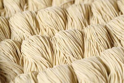 麺は低加水の細麺ながら、モッチリとした食感で食べ応えがある / 麺匠 粋や