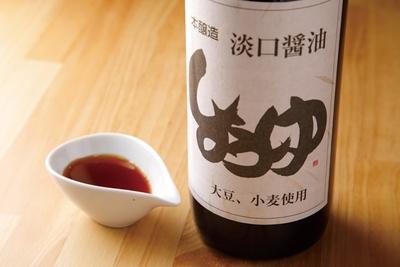 タレは、淡口醤油を使用。天然醸造らしい、丸みのある甘さが特徴 / minesora