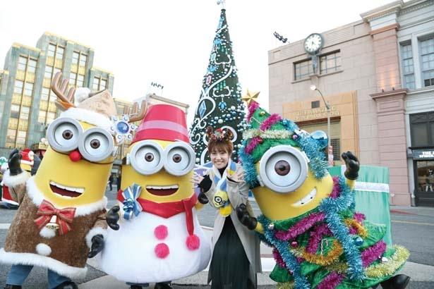 クリスマス・ツリーになったミニオンなどと、ツリー前で記念撮影を/ユニバーサル・スタジオ・ジャパン