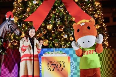 【写真を見る】相武紗季とJRAイメージキャラクターのターフィー