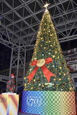 競馬にちなんだオーナメントも装飾されたクリスマスツリーは10メートルの高さ