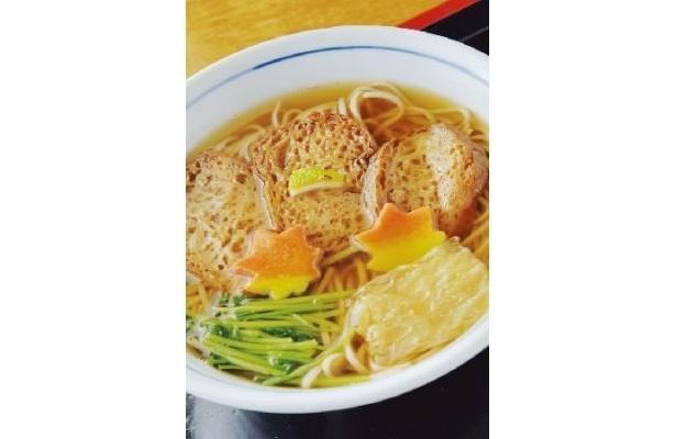 1465年(寛正6年)に創業(!)、15代続く老舗「本家尾張屋 本店」では京風のそばが食べられる