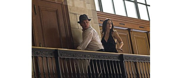 【写真】エミリー・ブラント演じるセクシーなダンサーと逃避行を繰り広げるマット