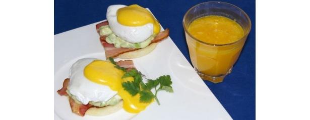 アグネス ホテル アンド アパートメンツ 東京「La Colline」のふわふわ卵とアボカドが乗ったエッグベネティクトと人気の100%フレッシュオレンジジュース