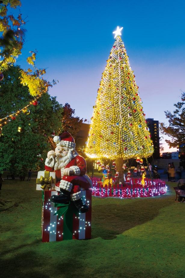 ツリーとサンタ前はフォトスポットとしても人気だ /「ノリタケの森 クリスマスガーデン2019」