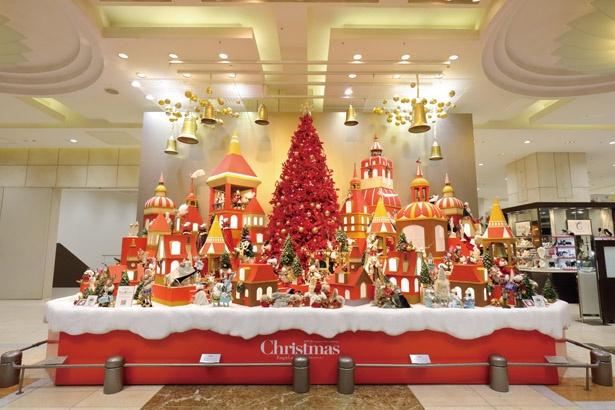 赤色のクリスマスツリーがロマンチックムードたっぷりの世界へ誘う /「2019タカシマヤクリスマス」