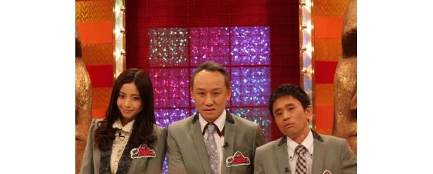 司会を務める片瀬那奈、西村雅彦、浜田雅功(写真左から)