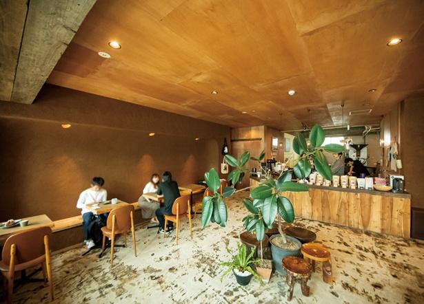 COFFEE COUNTY Kurume / 1階がCOUNTYのカフェスペース。「マツノブデリ」のスイーツのイートインも可。コーヒー豆購入で、ドリンク1杯サービスもある