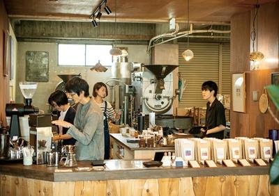 COFFEE COUNTY Kurume / カウンター奥がロースタリーになっており、タイミングによっては焙煎をする様子が見られる