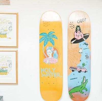 STEREO COFFEE / 壁に飾られたユーモラスなスケートボード